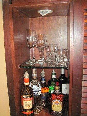Sandals Ochi Beach Resort: bar set up in our suite