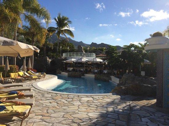 Jardines de Nivaria - Adrian Hoteles : la piscine et le restaurant de la cascade