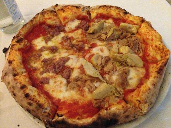 Dual Ristorante Pizzeria: mezza salsiccia e mezza tonno e carciofi