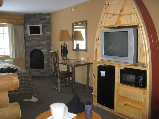 Whitefish Lodge and Suites: Northwoods decor of our suite