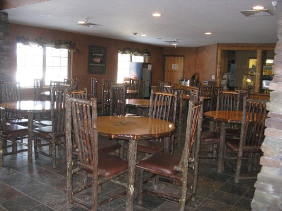 Whitefish Lodge and Suites: Cozy breakfast area