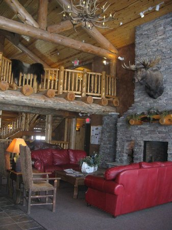 Whitefish Lodge and Suites: The great room with stone fireplace