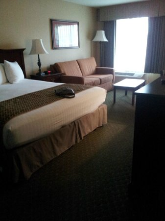Anaheim Camelot Inn & Suites: Room.