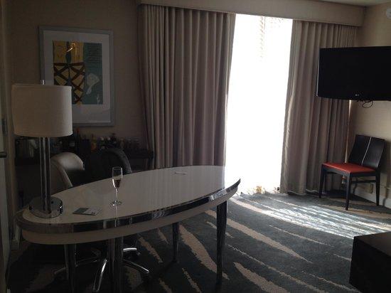 Revere Hotel Boston Common: Sitting area of Junior suite