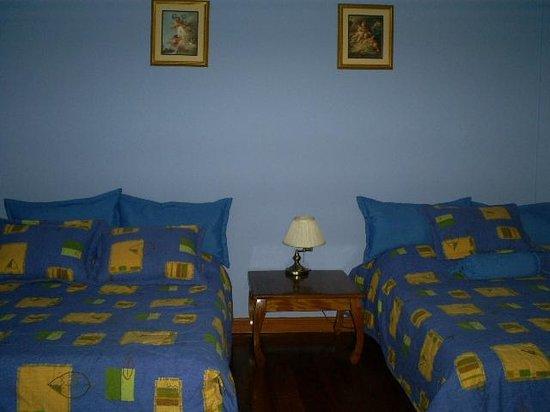 Angels Hotel: Habitación con dos camas dobles y baño privado