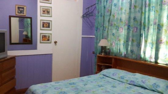Angels Hotel: Habitación con una cama doble y baño privado