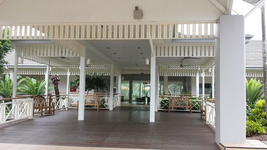 Hotel Grand Chancellor Palm Cove: The open air entrance