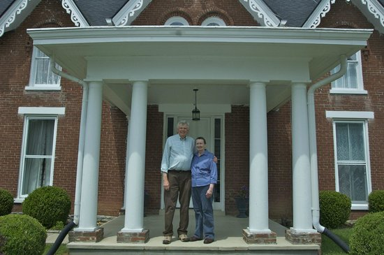 Country Charm Historic Farmhouse : David and LaVonna welcome you.