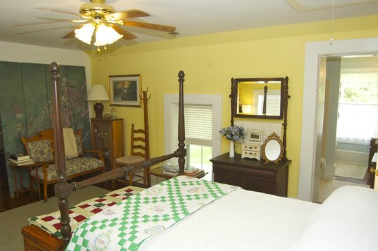 Country Charm Historic Farmhouse : This middle room and the Queen/East room make up the Central Suite.