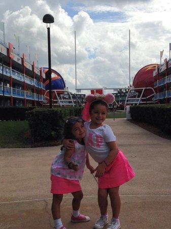 Disney's All-Star Sports Resort: Cancha de fútbol americano, a metros de la piscina y el salón de comidas. Ideal niños!