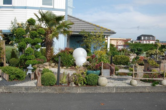 ibis budget Cabourg Dives sur mer : tuintje met terras aan hotel naast de parking
