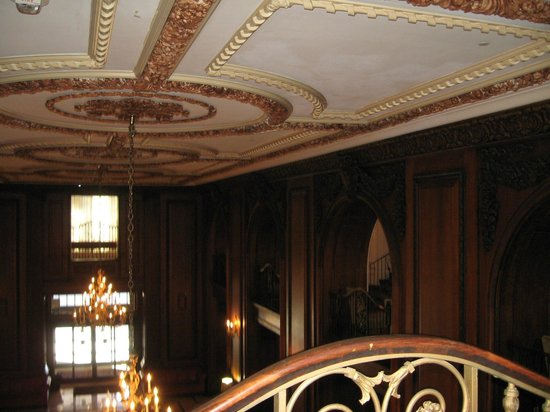 The Read House Historic Inn And Suites: Intricate ceiling carvings throughout