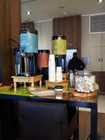 Hilton Garden Inn New York/Central Park South-Midtown West: Complimentary Tea & Coffe at the Lobby