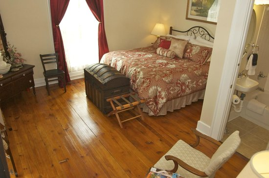 Country Charm Historic Farmhouse : The King/West room