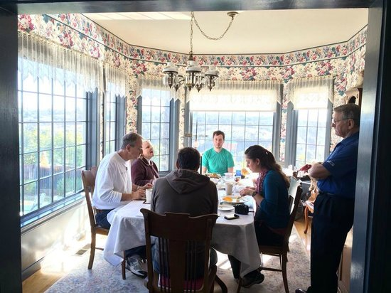 Tiffany House: The beautiful dinning/breakfast room overlooking the entire hill