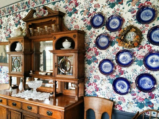 Tiffany House: charming plates decorating the dinning room