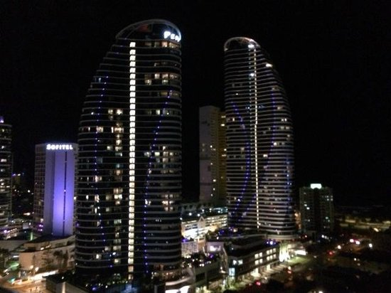 Meriton Suites Broadbeach : nighttime