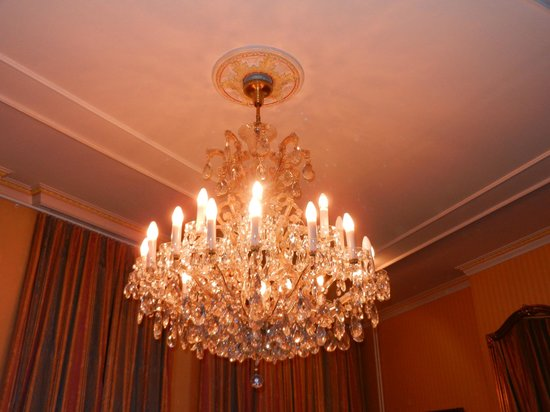 Huyze Die Maene: Another view of the chandelier