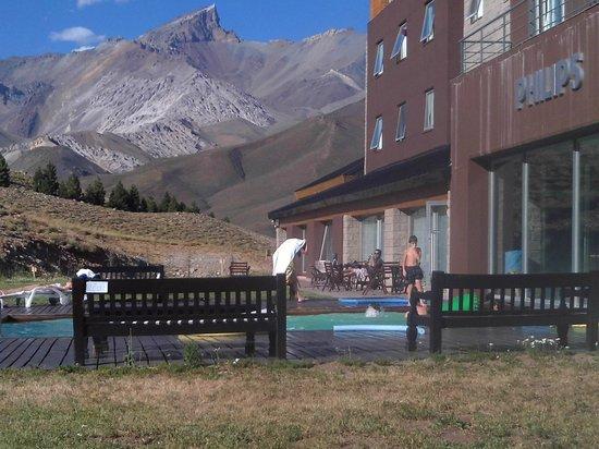 Virgo Hotel and Spa - Las Lenas : Sentado en una reposera al costado de la pileta