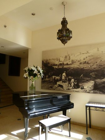 Mount Zion Hotel : Piano, on the way to the dining room