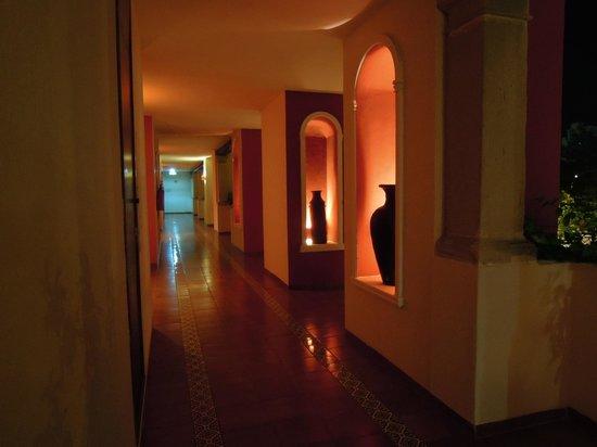 Adhara Hacienda Cancun: Hallway