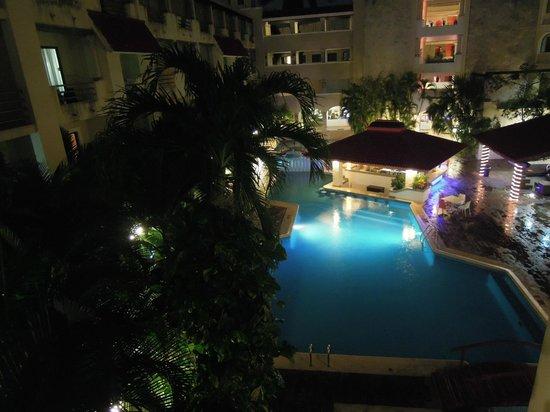 Adhara Hacienda Cancun: Pool at night