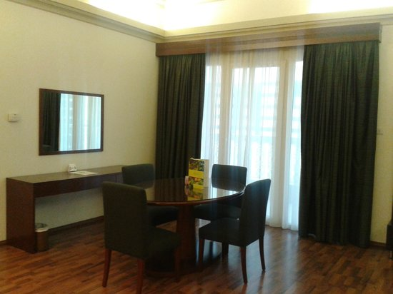 Al Khoory Hotel Apartments: Dining Area