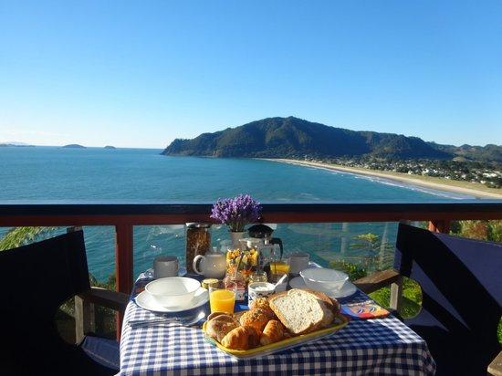 Coastal Heights Apartment: B&B breakfast on the upper deck