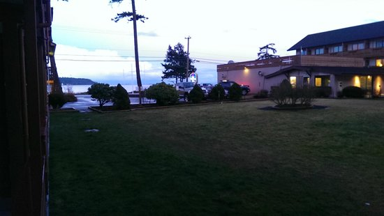 BEST WESTERN Austrian Chalet: Looking towards the entrance of the property (ocean in the back drop)