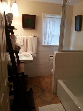 Beach House Inn: Bathroom