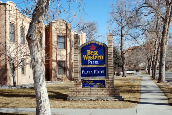 Best Western Plus Plaza Hotel: look towards the  street to get to the hot pools