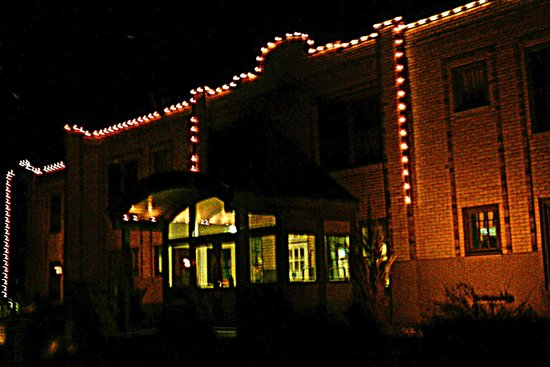 Best Western Plus Plaza Hotel: hotel at night