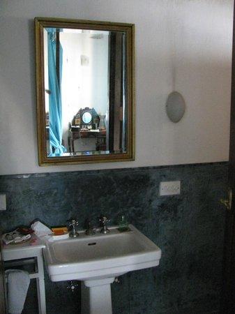 Neemrana's Bungalow on the Beach: our bathroom