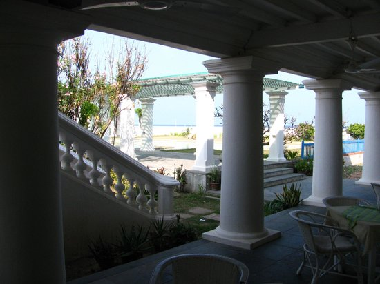 Neemrana's Bungalow on the Beach: lunch and dinner eating area