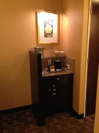 Hilton Americas - Houston: Coffee maker / fridge