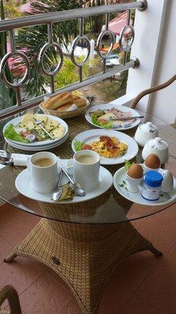 Pauls Restaurant: Frühstück serviert von Paul auf dem Balkon