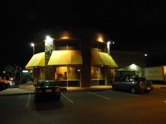 Ginger Cafe: outdoor parking view at night