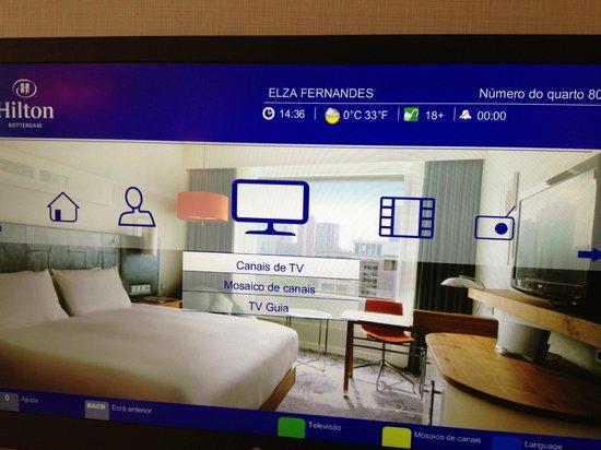 Hilton Rotterdam: Foto da Tv com nome e temperatura