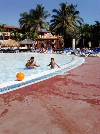 Be Live Collection Marien: mis tesoros disfrtando de la piscina
