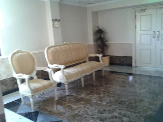 Merdeka Palace Hotel & Suites: waiting area at each level