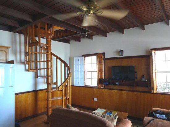 Villa Beach Cottages: Lower floor living area.