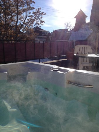 Castle Marne Bed & Breakfast: patio with private spa