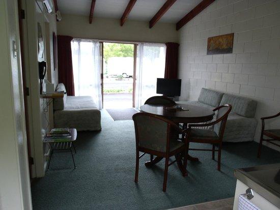 Katikati Motel: Unit 3 & 5 lounge room