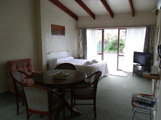Katikati Motel: Unit 6 lounge and queen bed