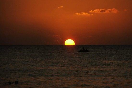 Fun Holiday Beach Resort: Coucher de soleil de notre hôtel
