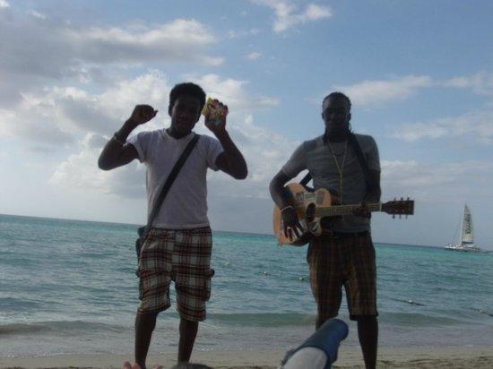 Fun Holiday Beach Resort: Un musicien et un danseur sur la plage