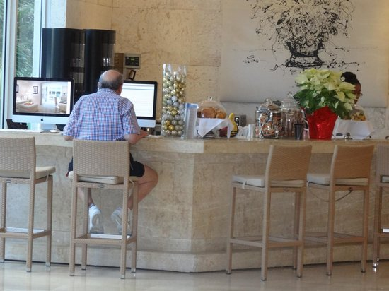 Grand Beach Hotel : Barra cerca del lobby