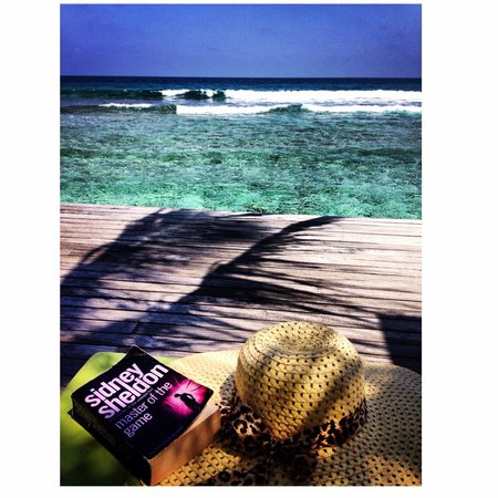 Naladhu Resort Maldives : Reading facing the waves