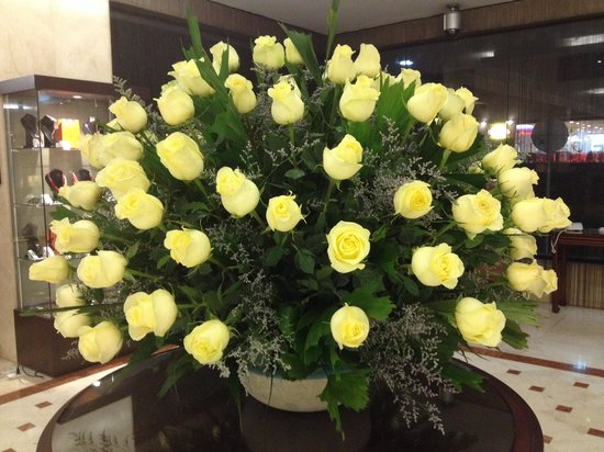 NH Collection Bogota WTC Royal: Spectacular roses in the lobby