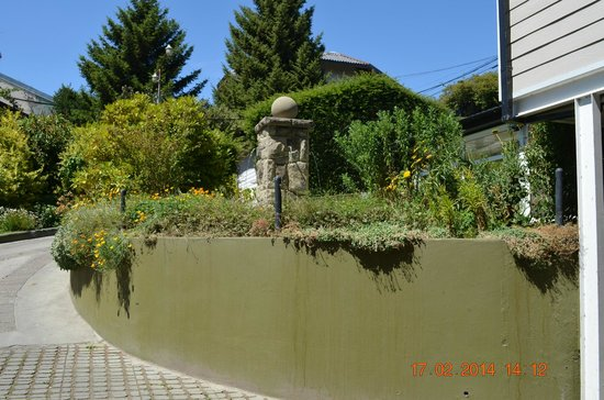 Hotel Patagonia Sur : Un hermoso jardín en la parte de las cocheras